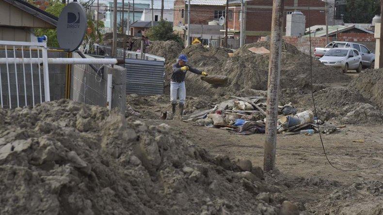 El lodo que ingresó a las viviendas dejó inutilizable elementos electrodomésticos y muebles.