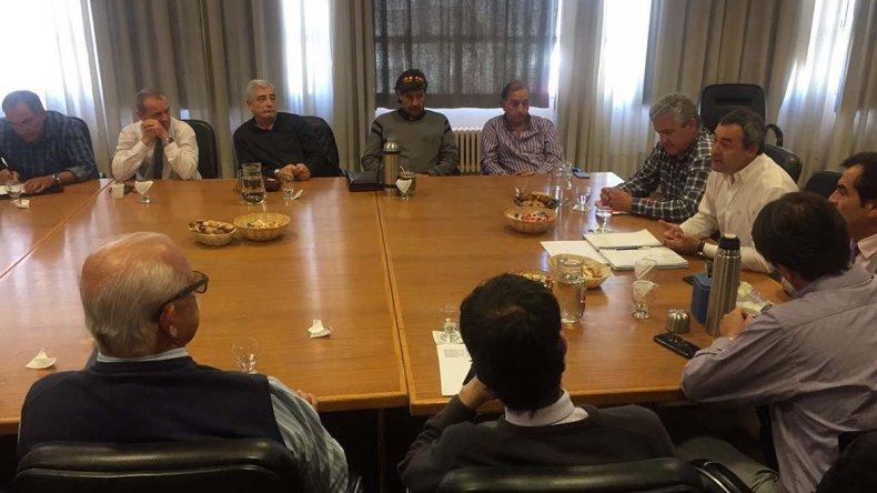 La reunión que se desarrolló ayer en Comodoro Rivadavia con la presencia de intendentes.