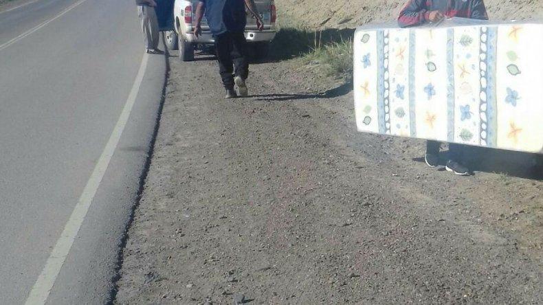 Automovilistas se robaron colchones para donar que cayeron desde un camión