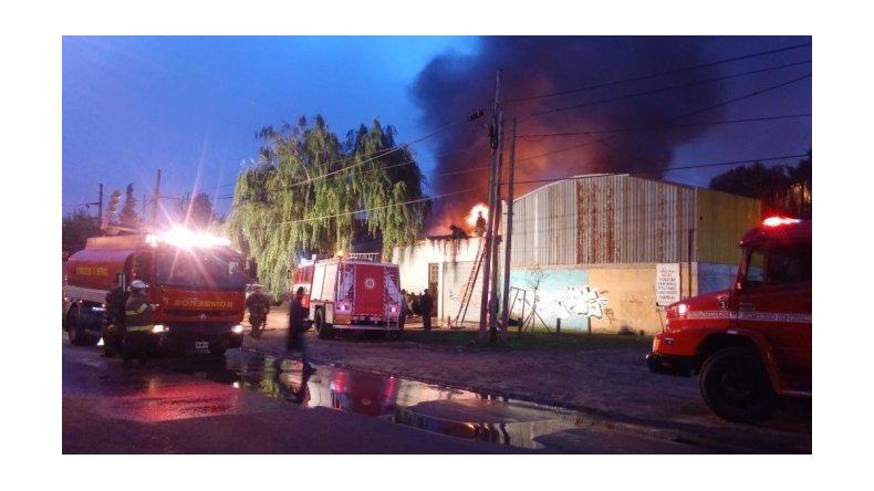 Un incendio destruyó un depósito de maderas en Quilmes