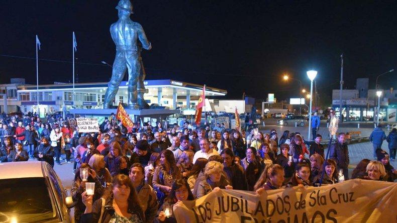Los jubilados provinciales también se hicieron notar en la nueva marcha con antorchas que se realizó el miércoles por calles de Caleta Olivia.