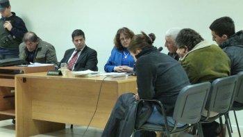 Julio Rolón -cuarto de izquierda a derecha- firmó un juicio abreviado por cinco años de prisión tras reconocerse jefe de una asociación ilícita.