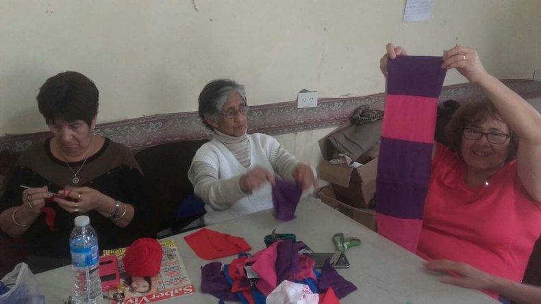 Los adultos mayores del Quirno Costa confeccionan mantas en el Centro Comunitario para los damnificados del temporal.