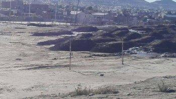 Las montañas de barro taparon el campo de entrenamiento en el Abel Amaya.
