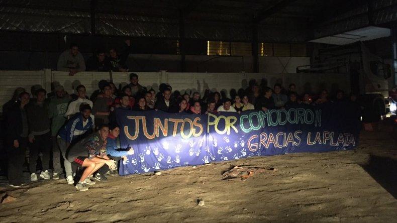 Anoche voluntarios descargaron el camión con donaciones de La Plata