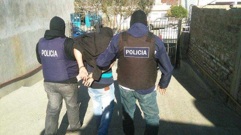 El momento en que la Brigada de Investigaciones saca a Mauricio Fleitas detenido de la casa de su cuñado Diego Aguirre.