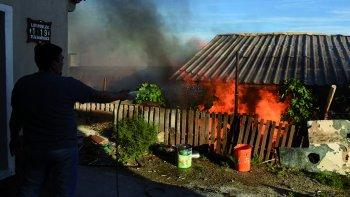 Unas de las preocupaciones de bomberos, vecinos y policías fue que el incendio se propagara a otras viviendas.