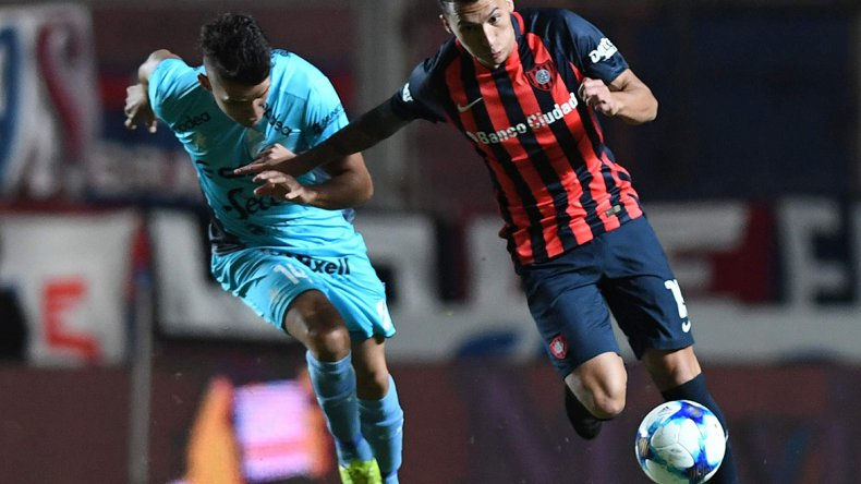 Rubén Botta se lleva el balón marcado por Alexis Zárate en el partido jugado anoche en el Nuevo Gasómetro.