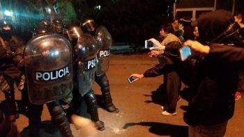 Los manifestantes desafiaron a la infantería policial, tras lo cual fueron dispersados con postas de goma y gases lacrimógenos.