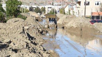 Soldados del Ejército y una minipala de la SCPL ayudaron ayer a sacar barro en la calle Cipriano Alonso.