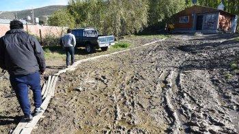 Sergio Saldivia denunció el derrame de petróleo que sufre en el patio de su casa, que además se encuentra anegado por una pérdida de agua.