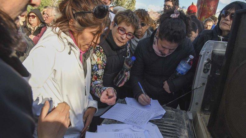 Más de 100 vecinos se reunieron ayer en el playón ubicado en Constituyentes y Callao para elaborar un documento donde exigen al municipio que intensifique las tareas de limpieza en el Pueyrredón.