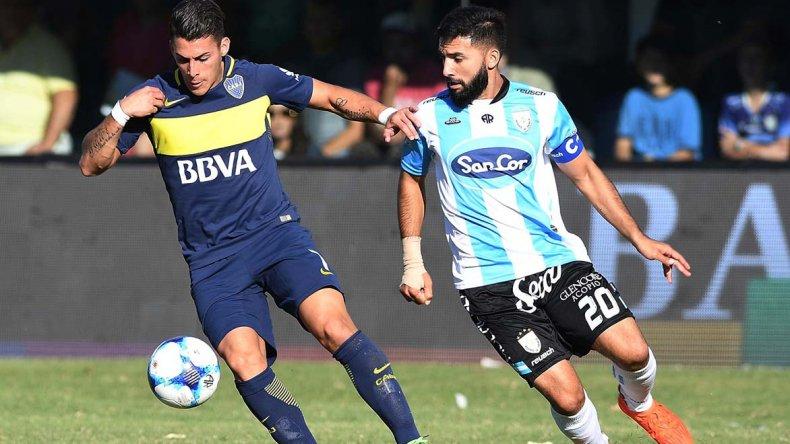 Cristian Pavón se escapa ante la marca de Oscar Carniello. Boca mostró un nivel bajo ante un equipo que lucha contra el descenso.