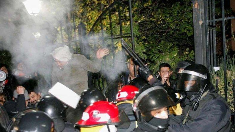 El Gobierno provincial presentó una demanda penal contra activistas que irrumpieron en la residencia de la gobernadora de manera violenta