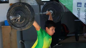 Uno de los chicos que participó del Levantamiento Olímpico en la capital provincial.