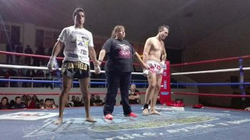 Miguel Poveda –izq- se impuso en fallo unánime ante Patricio Dos Santos el sábado por la noche en el gimnasio municipal 1.