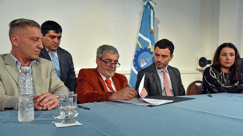 El gobernador Mario Das Neves firmó ayer convenios de trabajo y comunicación con ARSAT.