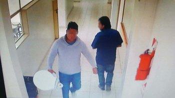 El momento en el que el sospechoso escapa por el pasillo de la escuela con el inodoro en la mano.
