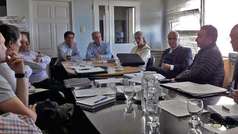Funcionarios provinciales y municipales monitorean la actualidad de la actividad petrolera.