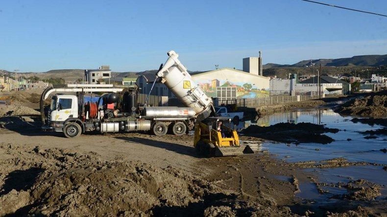 Los trabajos de las máquinas municipales continúan para tratar de limpiar lo que se pueda en el canal .