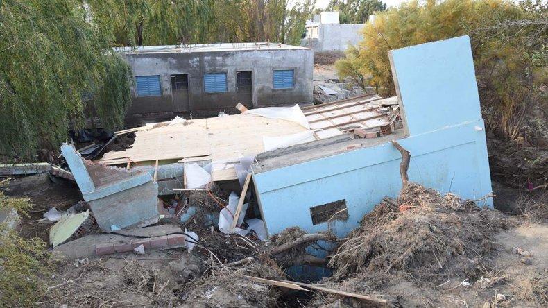 Dos casas destruidas son algunas de destrozos que ocasionó el temporal en el ingreso del barrio Malvinas Argentinas.