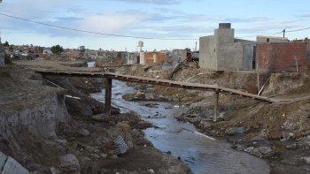 En la extensión del barrio Moure, los vecinos construyeron dos puentes para poder atravesar una grieta de 10 metros de ancho y 2 de profundidad que se formó por el temporal.