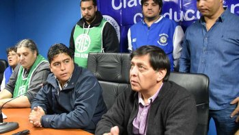 El secretario general del sindicato petrolero de Santa Cruz, Claudio Vidal, encabezó una conferencia de prensa acompañado por dirigentes de otros gremios.
