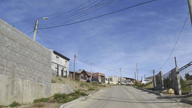 La calle en donde la pareja integrada por un adulto armado y un niño de unos 10 años asaltó una vivienda.