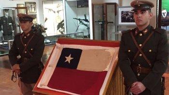 argentina le restituyo una bandera emblematica a chile