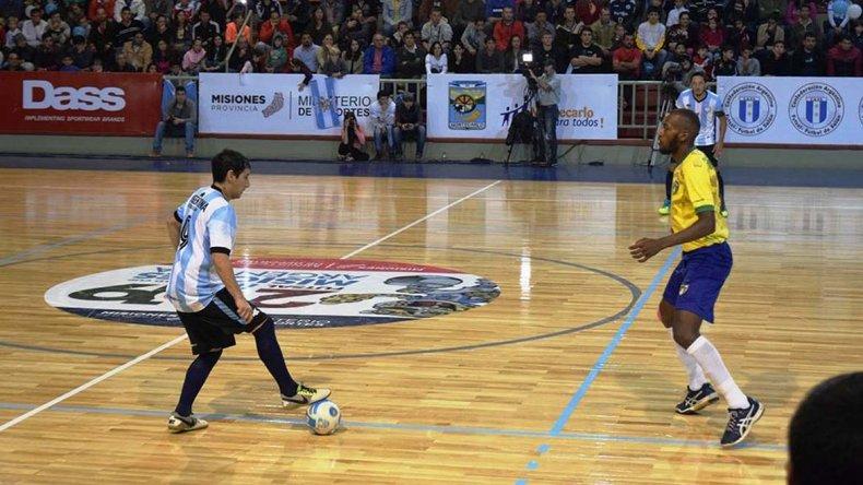 El comodorense Matías Rima con el balón en el partido que Argentina venció por penales a Brasil.