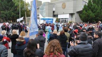 Trabajadores estatales, junto a dirigentes gremiales y padres autoconvocados, se manifestaron ayer frente al edificio de la Legislatura donde entregaron un petitorio a varios diputados.