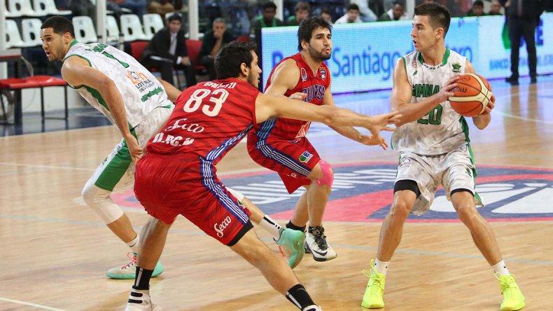 Leonel Schattmann con el balón marcado por Tayavek Gallizzi y Luciano González