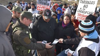 Cuando un oficial de Gendarmería solicitó que se le informara sobre los motivos del piquete, el secretario general de la filial local del gremio docente le entregó cuatro folletos.