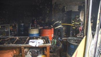 El siniestro en el lubricentro se desató en plena tarde y su dueño sufrió lesiones en las manos.