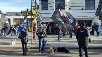 Afiliados al gremio de la televisión protagonizaron una ruidosa manifestación frente al edificio de Caleta Video Cable por el despido de dos trabajadores.