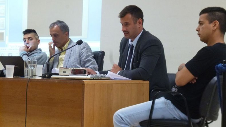 Juan Gómez -izquierda- perdió el beneficio del arresto domiciliario luego de comprobarse que había salido de su casa.