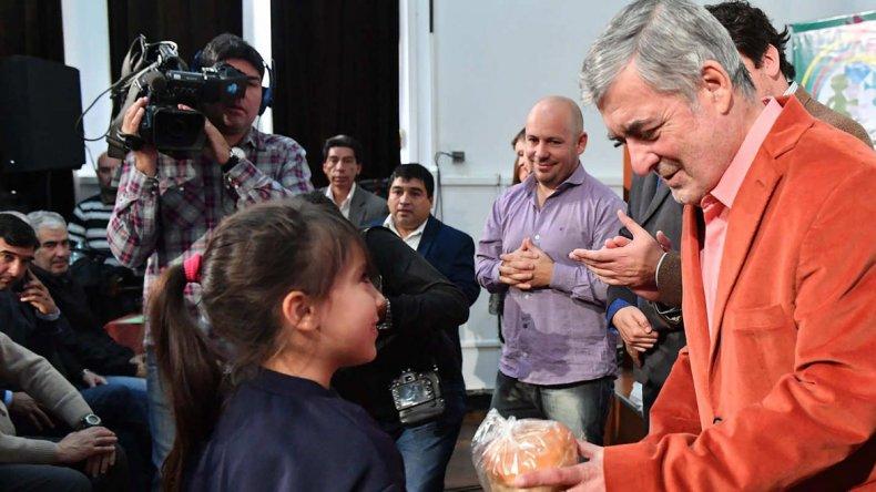 El gobernador Mario Das Neves durante la ceremonia de entrega de aportes que se desarrolló ayer en Rawson.
