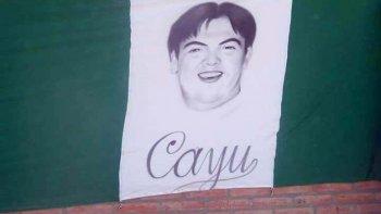 Amigos y simpatizantes del Club Petroquímica, del que era fanático Maximiliano Cayupel elaboraron una bandera en su memoria.