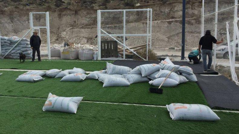 La cancha de fútbol sintético 7 de Caleta Córdova que financia YPF fue uno de los puntos de la visita del funcionario municipal.