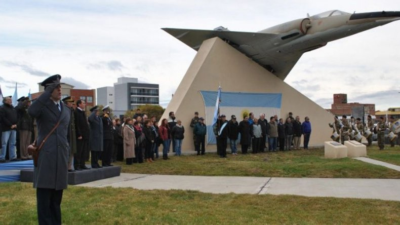 En Rio Gallegos el aniversario del Bautismo de Fuego de la Fuerza Aérea fue evocado en el sitio donde se encuentra uno de los Mirage que combatieron en la guerra por Malvinas.