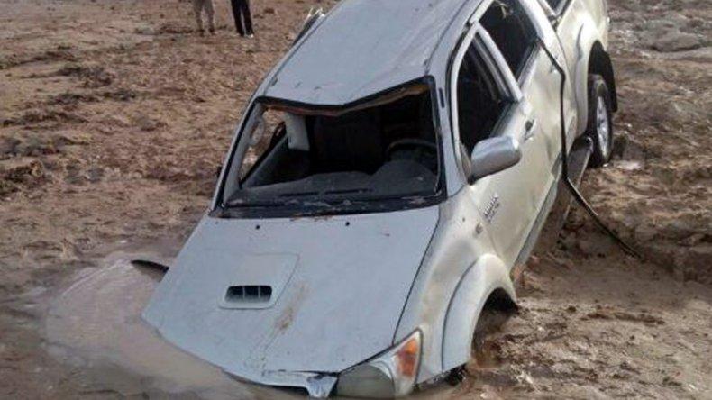 El vehículo fue duramente castigado por el agua cuando llegó la pleamar.