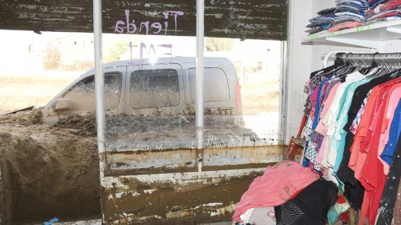 Los vecinos de Kennedy al 3.100 y 3.200 ayer aprovecharon el feriado para seguir sacando lodo de sus casas.