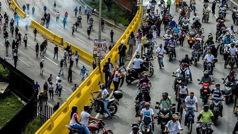 Cientos de venezolanos llevan a cabo en Caracas el trancazo nacional.