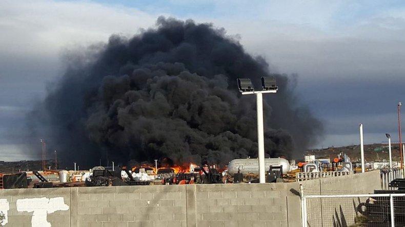 Está controlado el incendio en almacenes de YPF en Las Heras