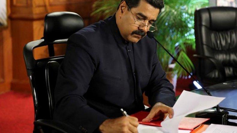 Maduro firma el decreto en el que convoca a modificar la Constitución.