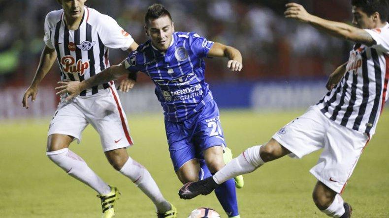 Godoy Cruz remontó un resultado adverso en Paraguay y esta noche con un empate le alcanza para clasificar a octavos.