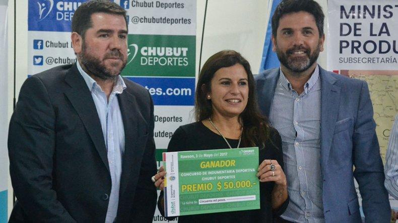Vanina Castaño recibe el premio de 50 mil pesos por ganar del diseño de indumentaria.