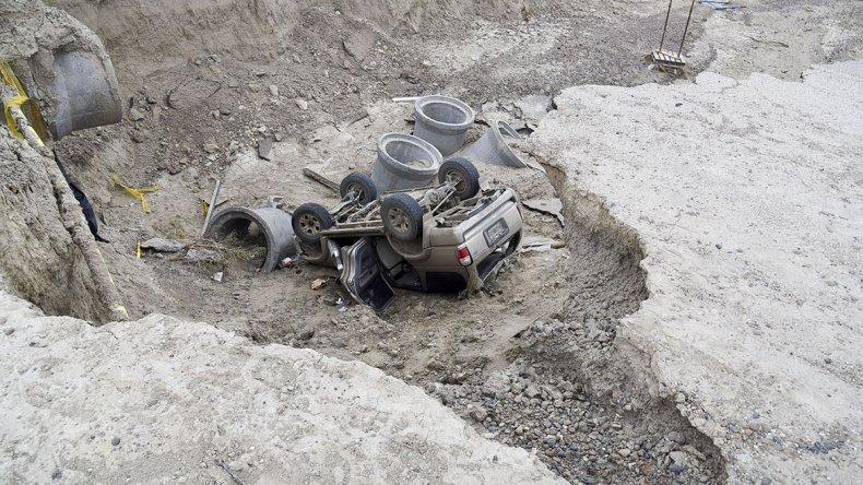 La camioneta terminó en el socavón de unos siete metros de profundidad.