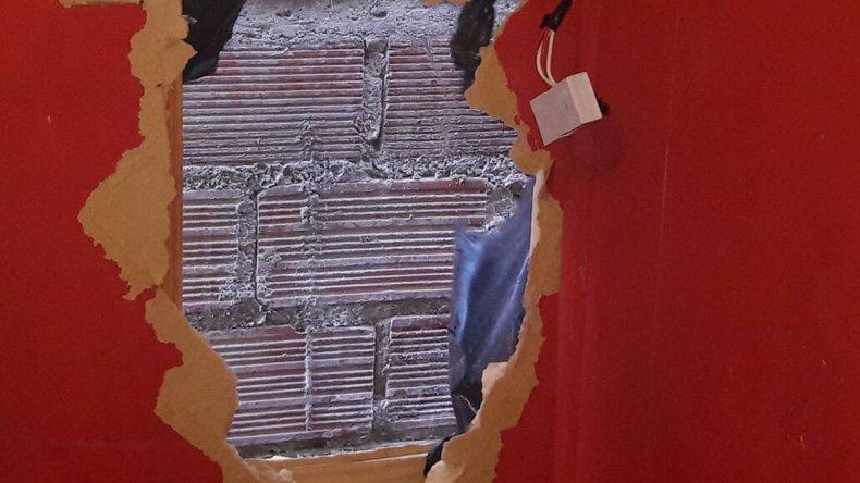 El boquete que los delincuentes dejaron en la habitación de la vivienda a la que ingresaron cuando sus residentes se encontraban en un velorio.