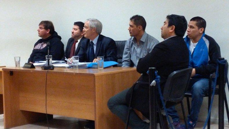 Los tres acusados junto a sus abogados defensores.